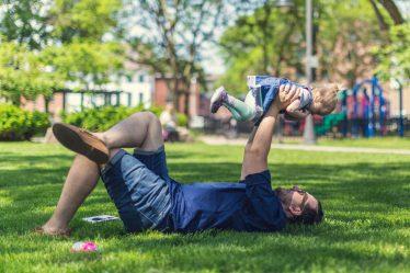 Muž (otec dítěte) může být po narození potomka doma na mateřské dovolené (a po té i na rodičovské dovolené).