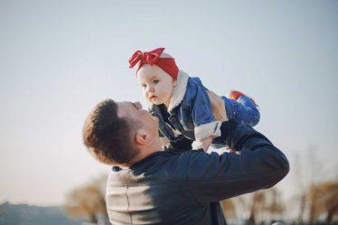 Výpočet mateřské (peněžité pomoci vmateřství) je u otce dítěte stejný jako u ženy.