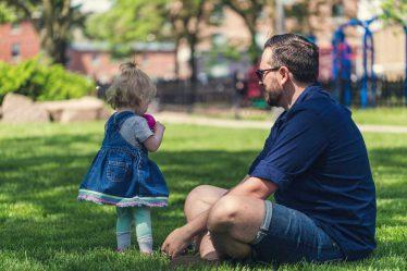 Otec dítěte může mít nárok na mateřskou (peněžitou pomoc vmateřství), pokud se na tom domluví smatkou dítěte.