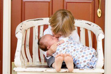 Otec dítěte má nárok na placené volno, při narození potomka. Otcovská dovolená je 7 kalendářních dní.