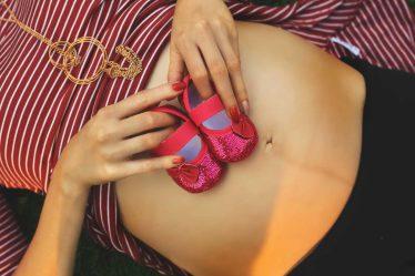 Porodné je sociální dávka, která se vyplácí jednorázově. Je na ni nárok při narození prvního nebo druhého dítěte.