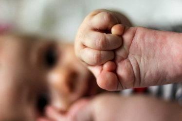 Při narození dítěte, má studentka nárok na rodičovský příspěvek, tak jako všichni ostatní.