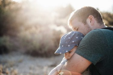 Pokud by o mateřskou požádal do 7 dní od skončení zaměstnání, měl by ještě mít nárok.