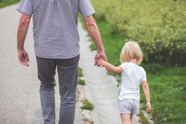 Na malé dítě (na které je vyplácen rodičovský příspěvek nebo mateřská), obvykle není možné nárokovat ošetřovné (OČR).