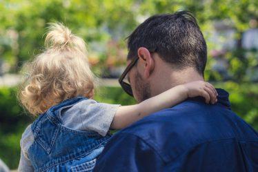 Při narození potomka, má muž (otec dítěte) nárok na placené volno. Aktuálně je to maximálně 7 kalendářních dní (1 týden).