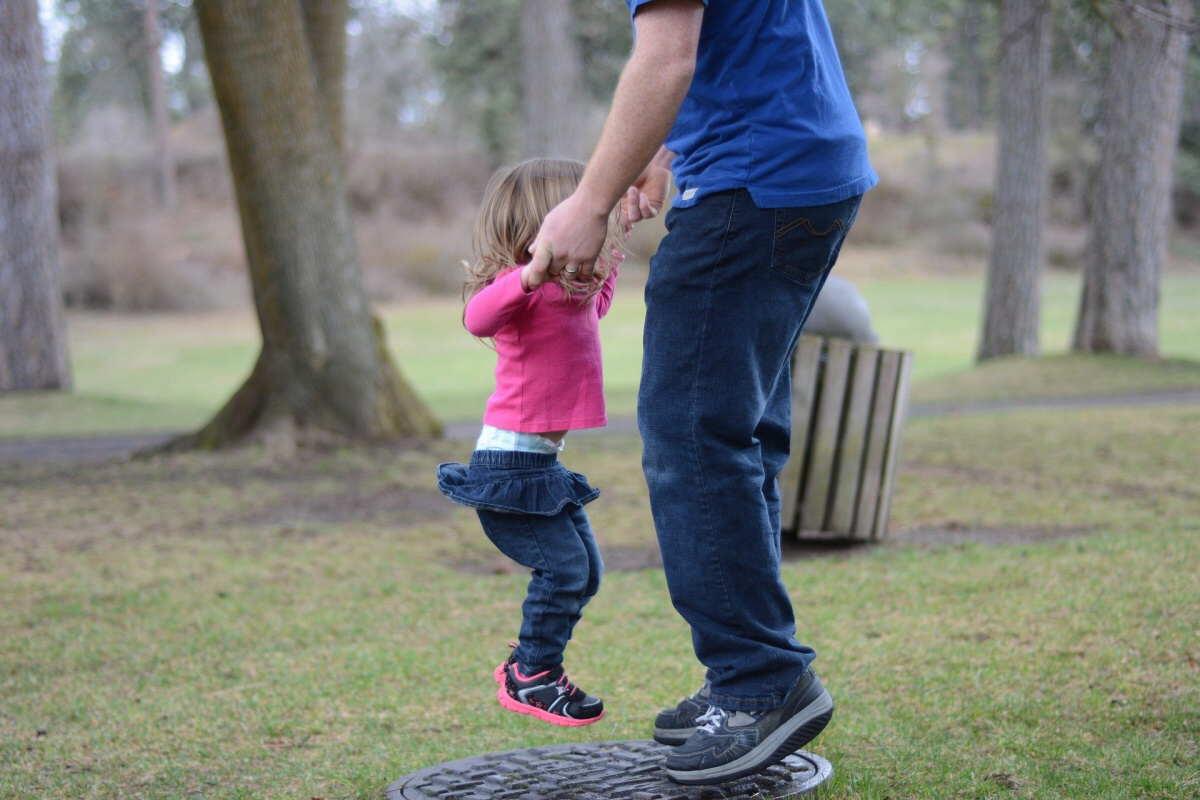 Při narození dítěte má muž nárok na otcovskou dovolenou. Jedná se o placené volno v délce 7 dní. Na které má nárok otec dítěte.
