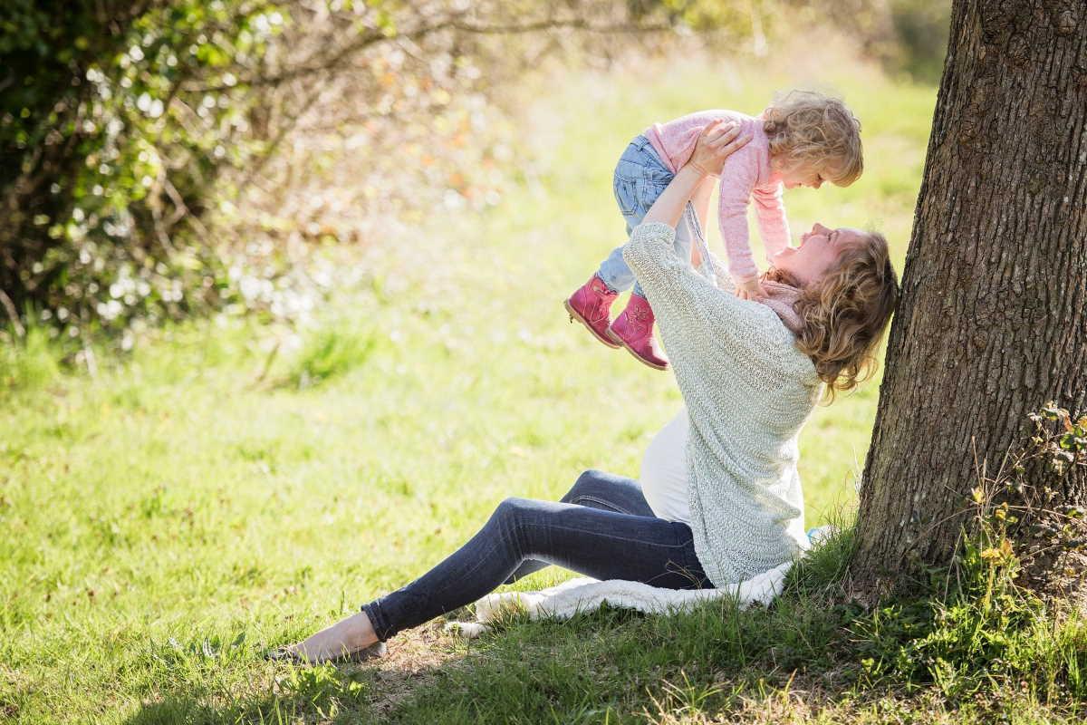 Při výpočtu výše mateřské se nejprve stanoví denní vyměřovací základ. Ten vychází z hrubého příjmu zaměstnance v posledním zaměstnání. Počítá se zpravidla na základě posledních 12 měsíců.