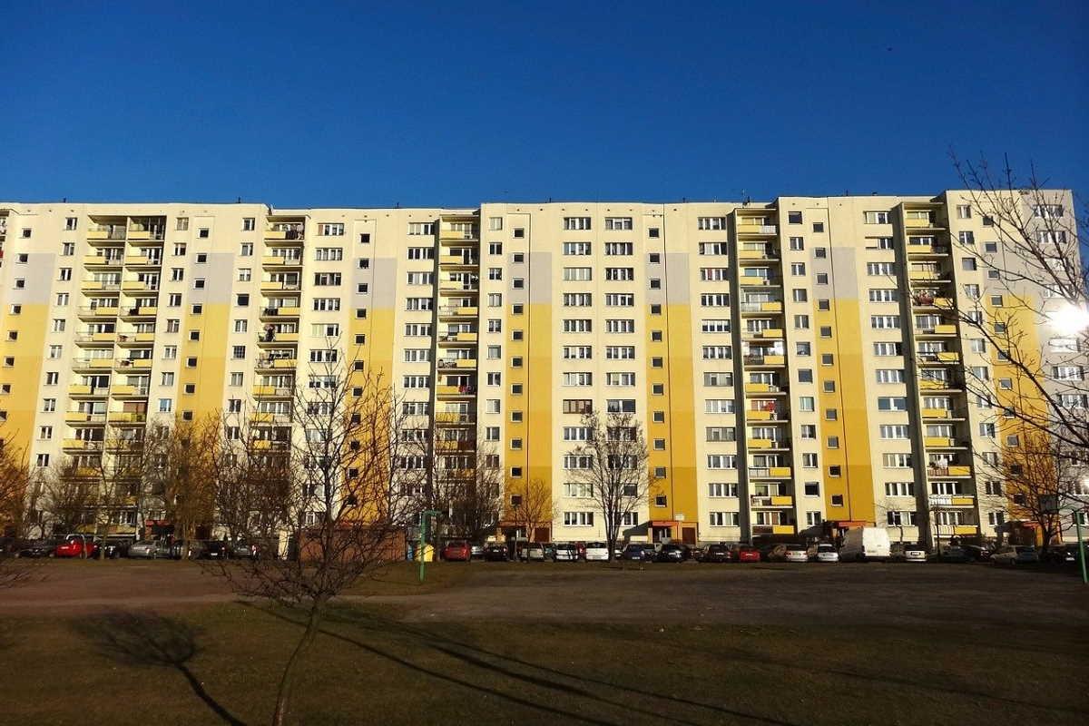 Příspěvek na bydlení je sociální dávka pro ty, kdo mají vysoké náklady na bydlení a nízké/nižší příjmy. Přídavky na bydlení je možné získat na byt v osobním vlastnictví, družstevní byt nebo při bydlení v nájmu, pokud v daném bytě/domě máte trvalé bydliště.