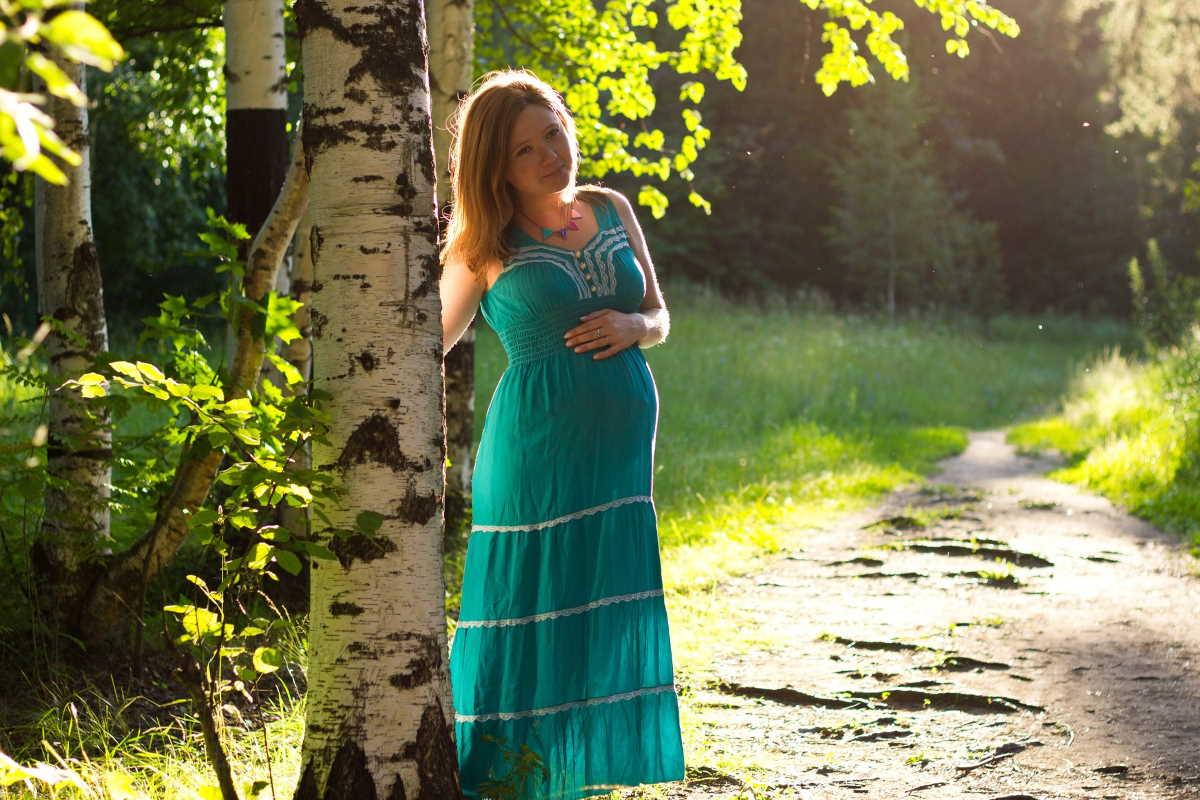 Těhotná žena, má již před porodem nárok na různé dávky nebo podporu. Patří sem hlavně nemocenské dávky při rizikovém těhotenství, vyrovnávací příspěvek v těhotenství a mateřství. Také je možné požadovat po otci dítěte náhradu nákladů spojených s těhotenstvím