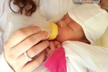 Podobně, jako má těhotná žena nárok na to, aby se otec dítěte podílel na úhradě nákladů spojených s těhotenstvím (těhotenské oblečení, platby za lékařská vyšetření, léky apod.), může požadovat i úhradu nákladů spojených s porodem.