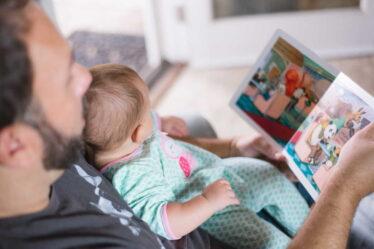 V době, kdy žena očekává narození druhého (nebo dalšího dítěte) a je v porodnici, tak může mít otec dítěte nárok na ošetřovné, aby se mohl postarat o první dítě.