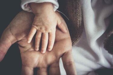 Od začátku ledna 2022 bude nárok na 2 týdny (14 dní) placené otcovské dovolené.